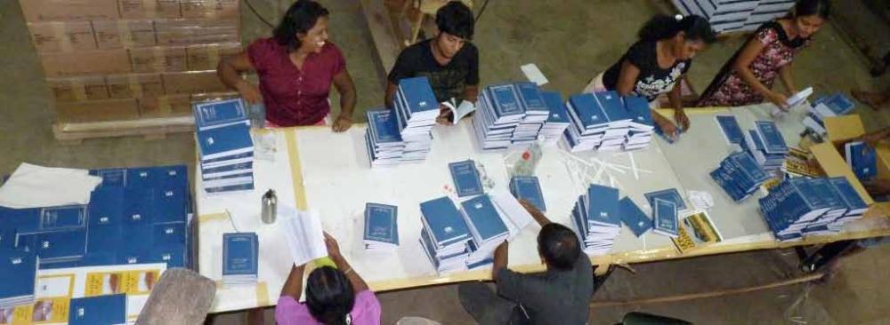 Biblene blir sjekket før pakking