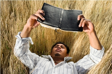 hjem araber leser bibelen 574x382