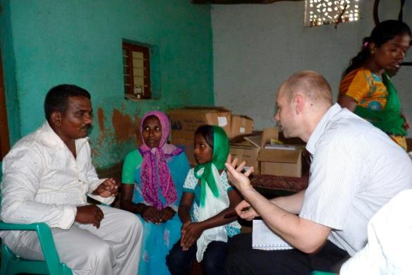 Daniel Kort intervjuer folk i Indira